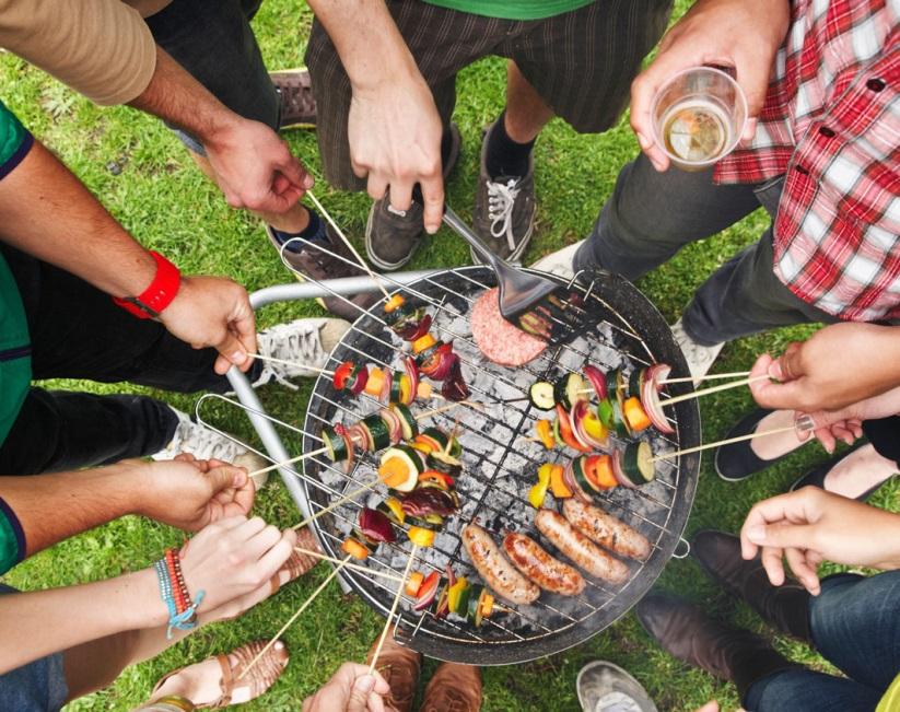 Le soleil, les potes, un barbecue